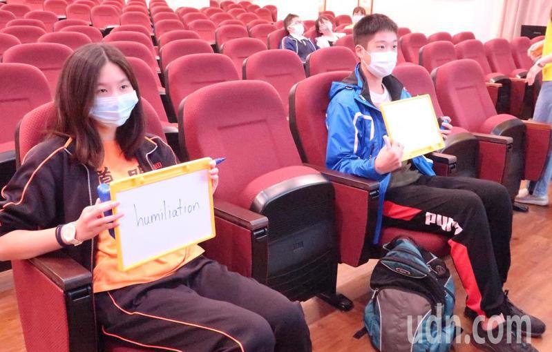 道明中學國中部學生黃彥寧(左)與右昌國中袁志桓(右)鏖戰多局,終於在「humiliation丟臉、羞辱」這個單字分出勝負。記者徐如宜/攝影