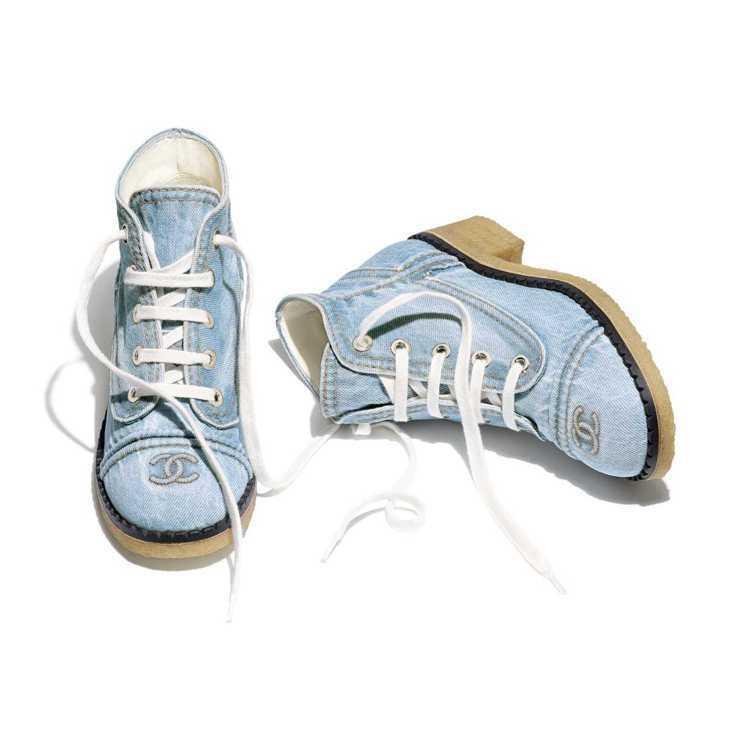 牛仔粗跟繫帶短靴,39,200元。圖/摘自官網