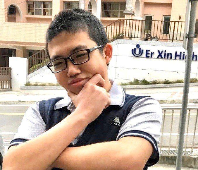 愛上打電玩遊戲激勵他學好英文,高中生連華瑄多益考965高分。圖/二信高中提供