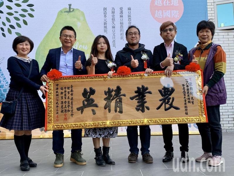 台南市麻豆區農會今天頒獎表揚百大青農楷模。記者吳淑玲/攝影