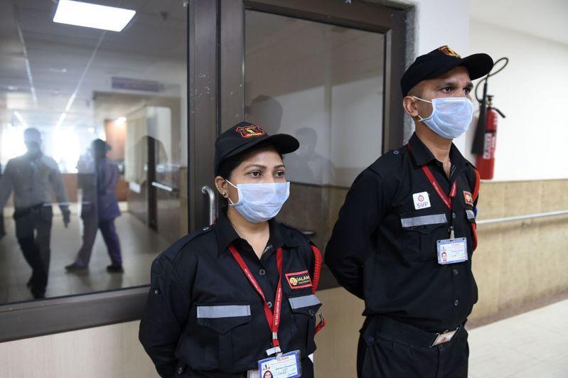 印度保全戴口罩在醫院隔離病房外管制人員進出。法新社