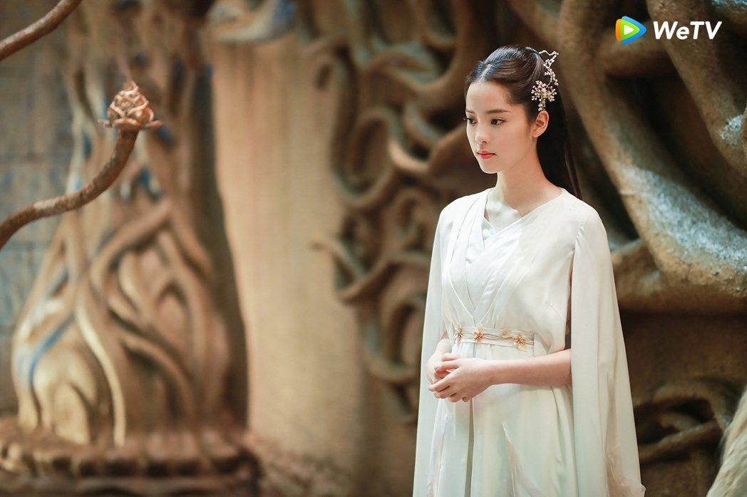 歐陽娜娜飾演高冷少女。圖/WeTV提供