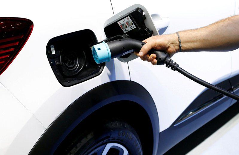 英國計畫2035年起禁止新的燃油及油電車銷售。圖為充電式油電車。路透