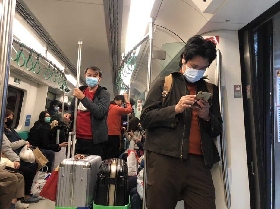 疫情風暴未歇,高雄捷運乘客幾乎人人戴口罩,各大學也紛紛宣布延後開學。本報資料照片