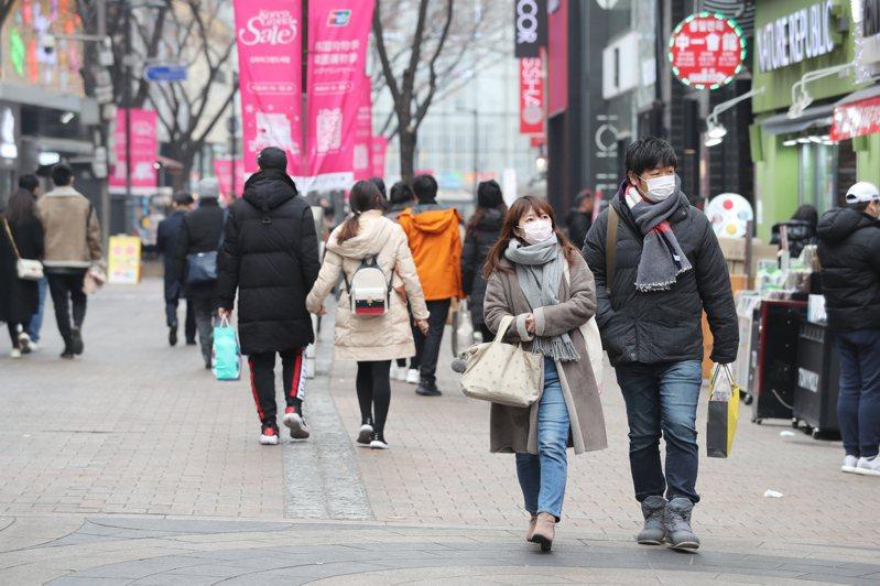 受到武漢肺炎疫情影響,首爾明洞商圈街頭顯得冷清。圖/歐新社