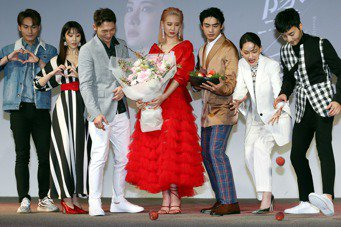 「墜愛」主要演員周定緯(左起)、程茉、溫昇豪、安心亞、宋柏緯、林映唯及古斌昨在記...