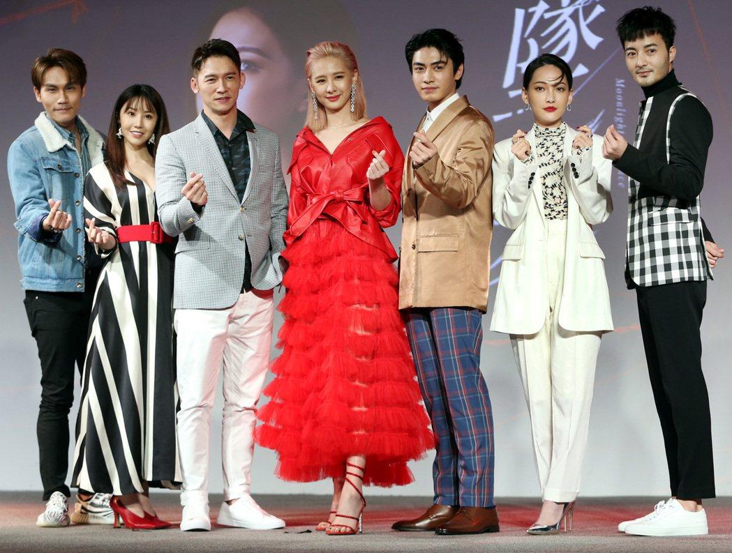 「墜愛」主要演員周定緯(左起)、程茉、溫昇豪、安心亞、宋柏緯、林映唯及古斌昨出席...