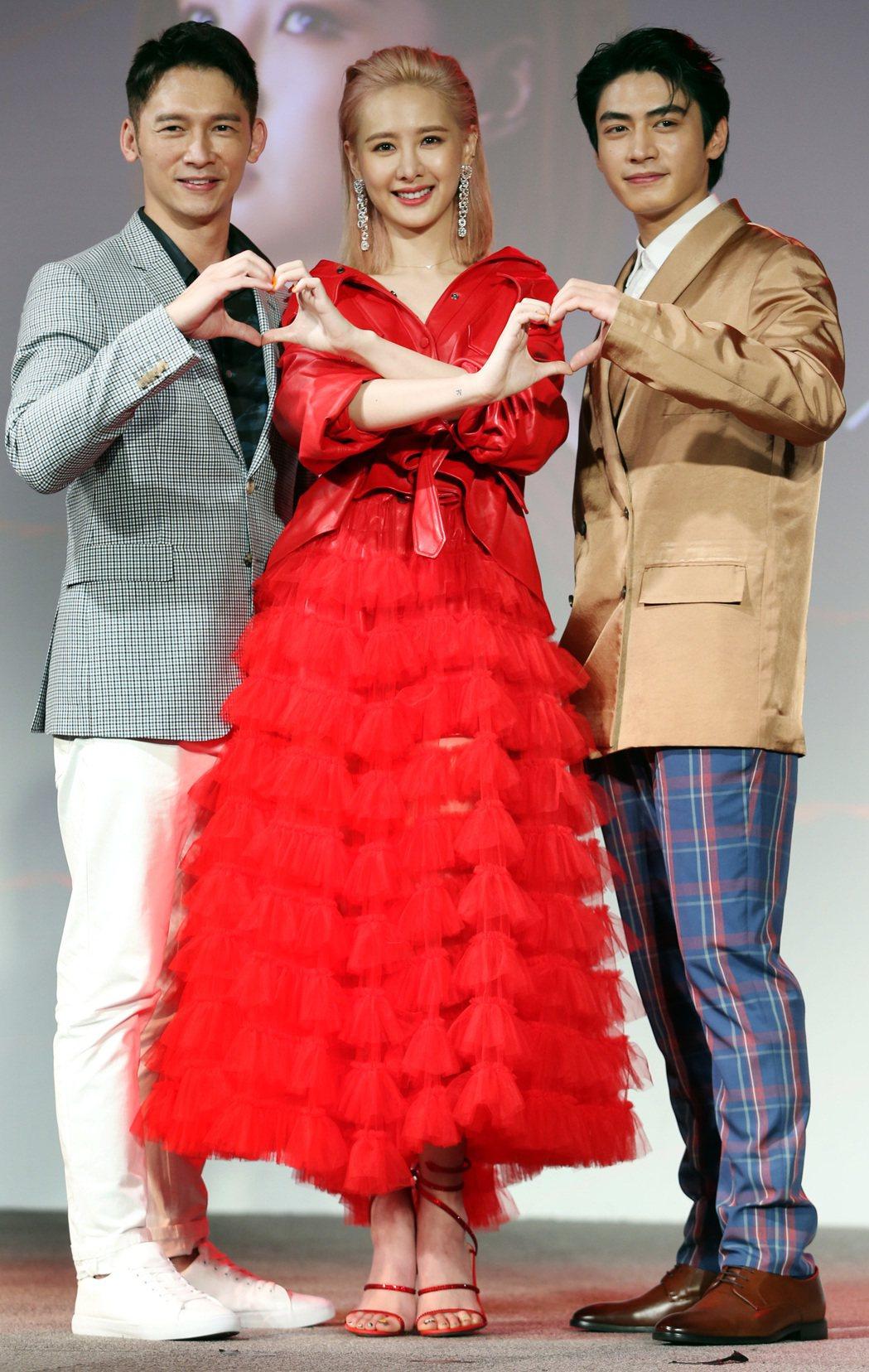 「墜愛」主要演員溫昇豪(左起)、安心亞及宋柏緯在劇中有複雜的感情糾葛。記者侯永全...