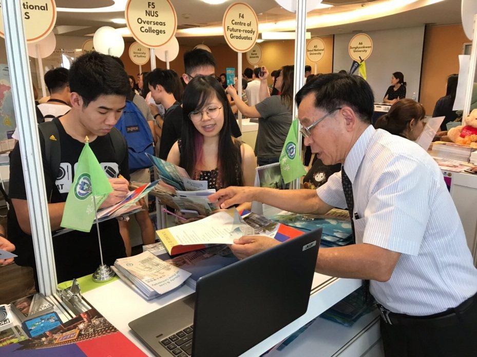 亞大國際學院院長陳英輝(右)上月受邀參加新加坡國立大學全球移動博覽會,向學生們介紹亞大為新加坡國立大學開設的課程。圖/亞洲大學提供