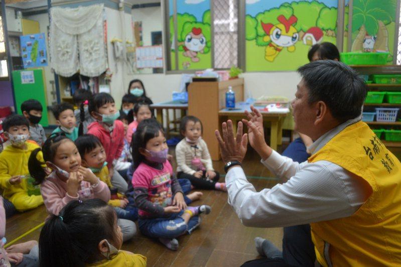 台南市教育局長鄭新輝今天防疫稽查,向學生宣導防疫常識。記者鄭惠仁/攝影