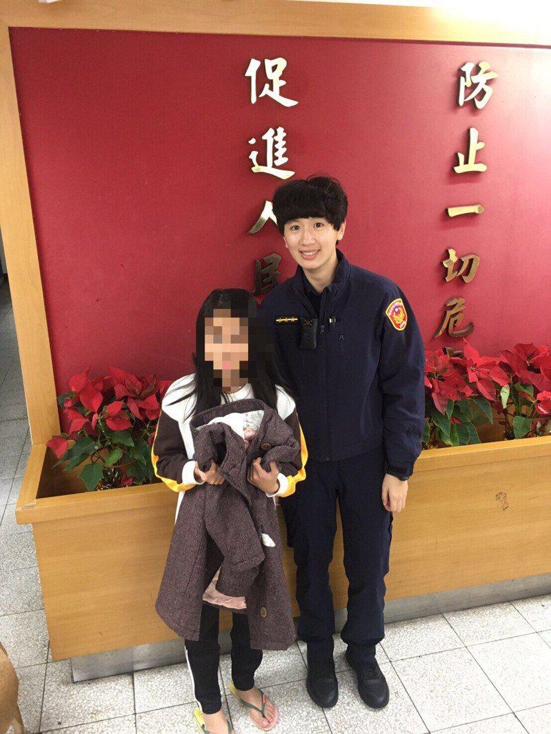 警方利用車牌辨識系統,幫8歲小妹妹找回遺失的新衣服,讓妹妹好開心。圖/警方提供