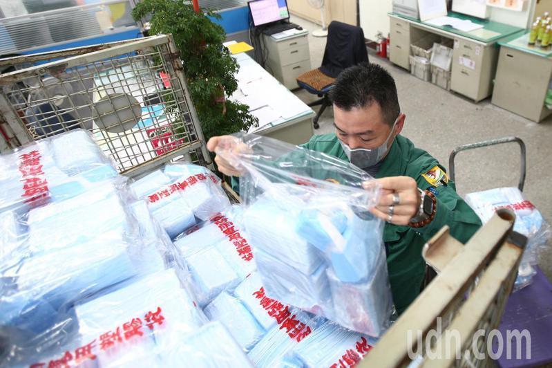 口罩實名制明天上路,中華郵政今協助配送口罩。記者蘇健忠/攝影