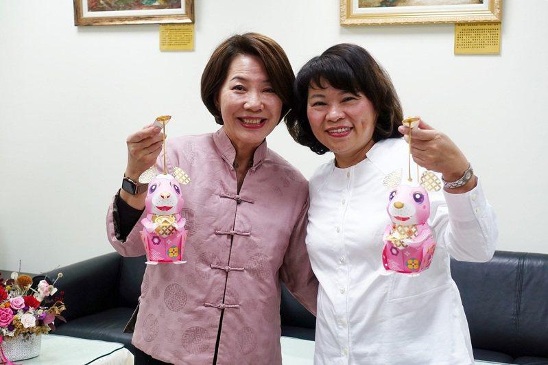 嘉義市長黃敏惠(右起)和副市長陳淑慧組裝小提燈。圖/市府提供