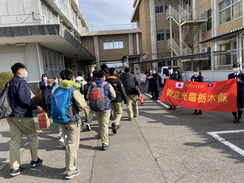 台南一中師生到日本與枥木縣大田原女子高校的交流,雙方戴口罩相見歡。圖/台南一中提供