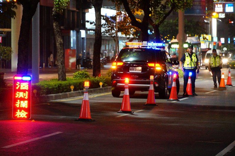 高雄林姓男子在機車加裝藍色燈光,被警方依違反道路交通管理處罰條例開罰900元,他不服提告,高雄地院認為該燈光應沒有影響行車安全,撤銷改判免罰。圖與本案無關。圖/本報資料照
