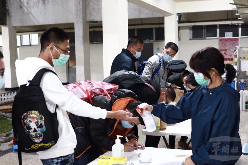 配合防範新型肺炎,各軍營進出人員均須量體溫。圖/軍聞社