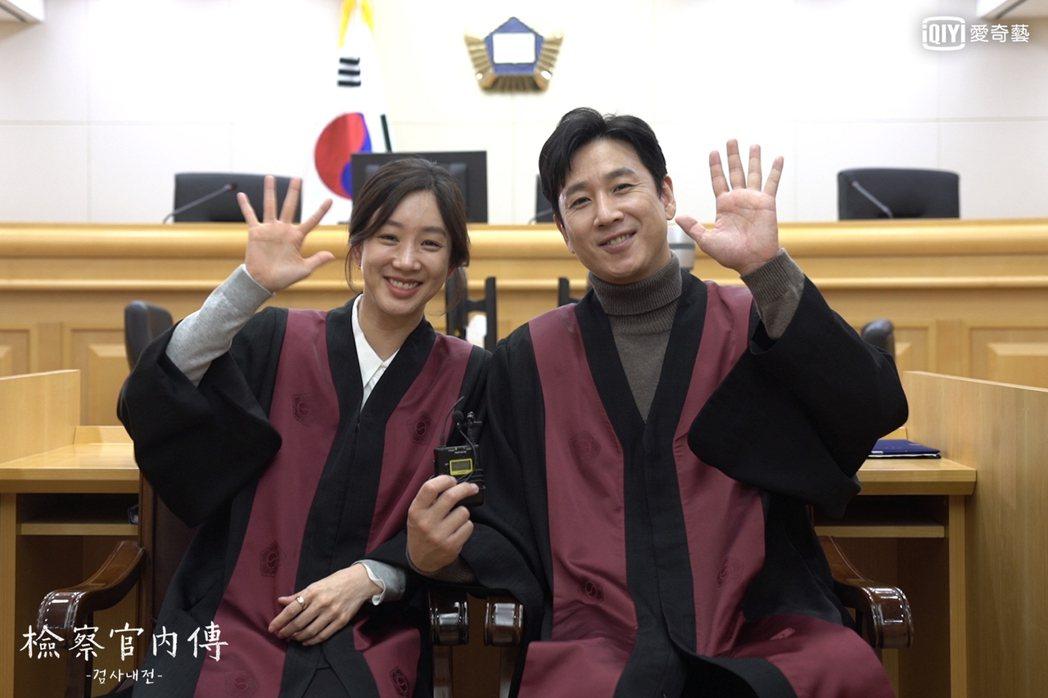 李善均(右)與鄭麗媛領銜主演「檢察官內傳」,接受專訪大談拍攝祕辛。圖/愛奇藝台灣