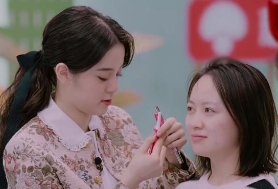 懂得先修眉,去除雜毛的歐陽娜娜,拿起器具,非常有專業彩妝師的架勢。圖/摘自微博