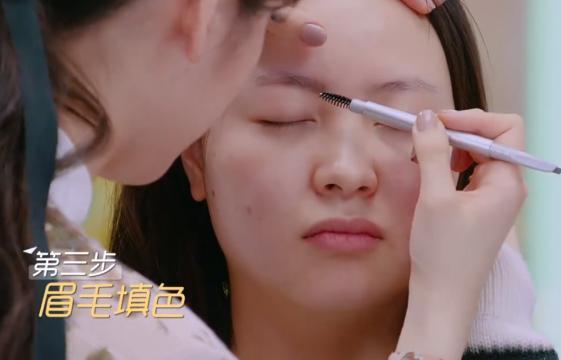 畫眉毛的任何技巧都難不倒歐陽娜娜。圖/摘自微博