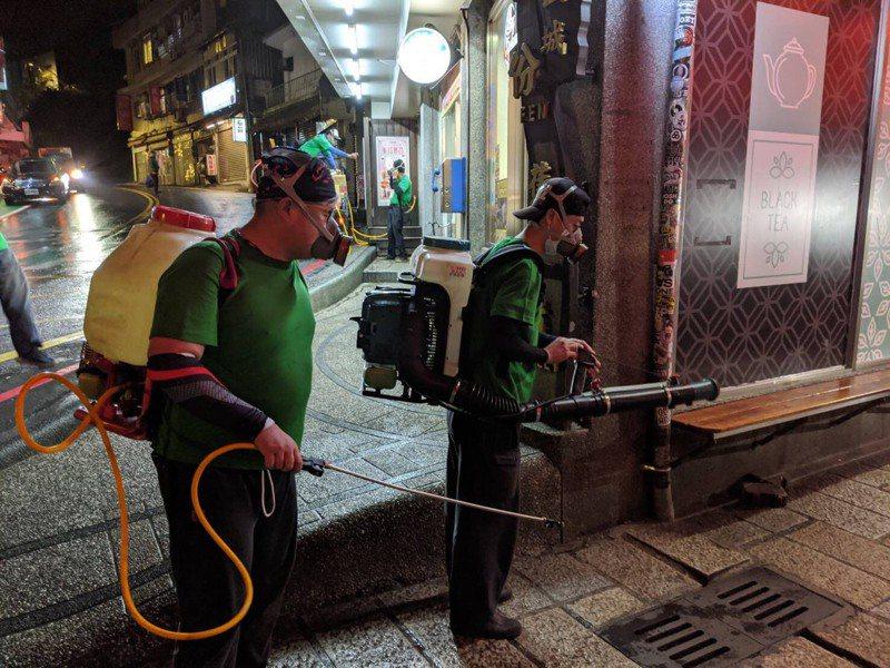 新北市環保局連夜到九份封街消毒。圖/新北市府提供