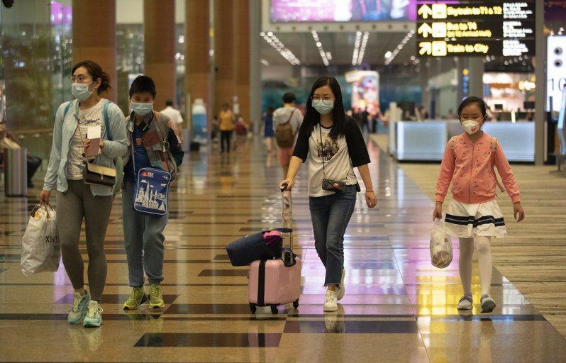 新加坡8日再增7名武漢肺炎確診病例。圖為新加坡樟宜機場旅客。 歐新社