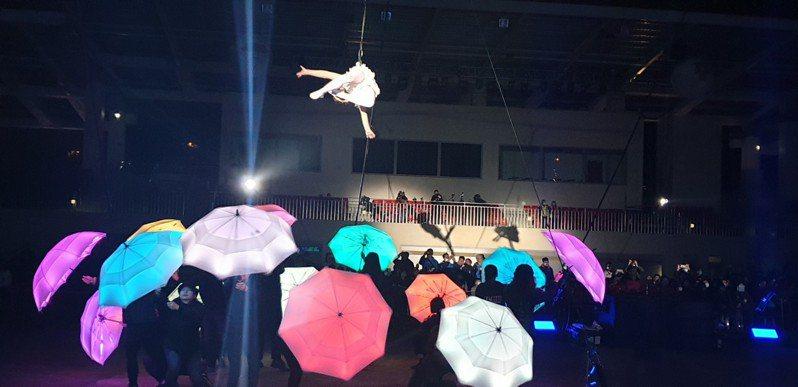 台灣燈會高空特技表演4日首場,在后里馬場燈會展區登場。記者游振昇/攝影