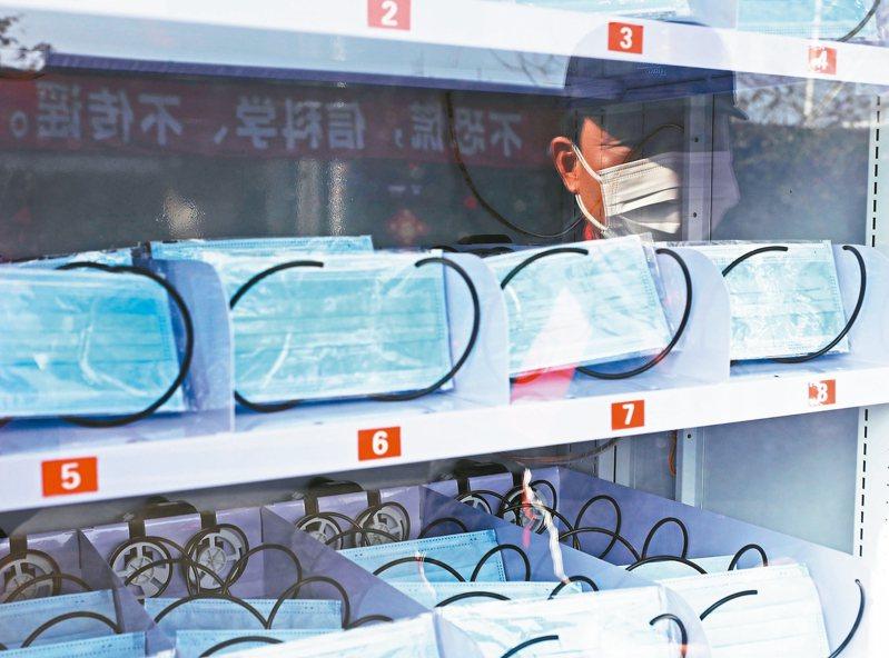 上海市寶山區廟行鎮推出了一台自助口罩售賣機,它由自助面膜售賣機改裝而來。機器每天投放口罩50個、一次性手套30副。 中新社