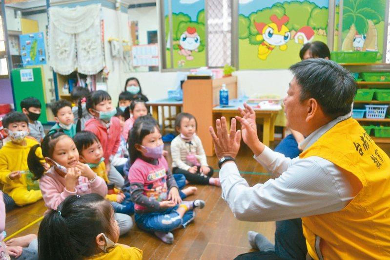 台南市教育局昨天稽查幼兒園,局長鄭新輝 (右)利用機會為孩子做衛教宣導。 記者鄭惠仁/攝影
