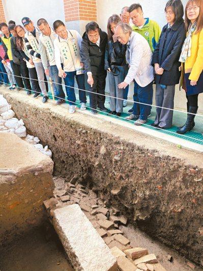 成大考古所所長劉益昌(前排右三 )向台南市長黃偉哲(前排右五)解說台灣第一城的挖掘現場。 記者修瑞瑩/攝影