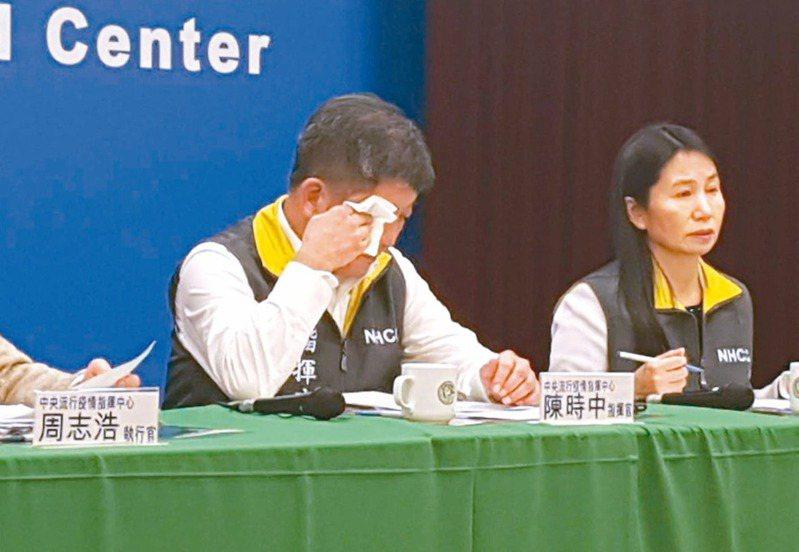 首批武漢台胞搭機返鄉,指揮中心指揮官陳時中(左)哽咽落淚。圖/聯合報系資料照片