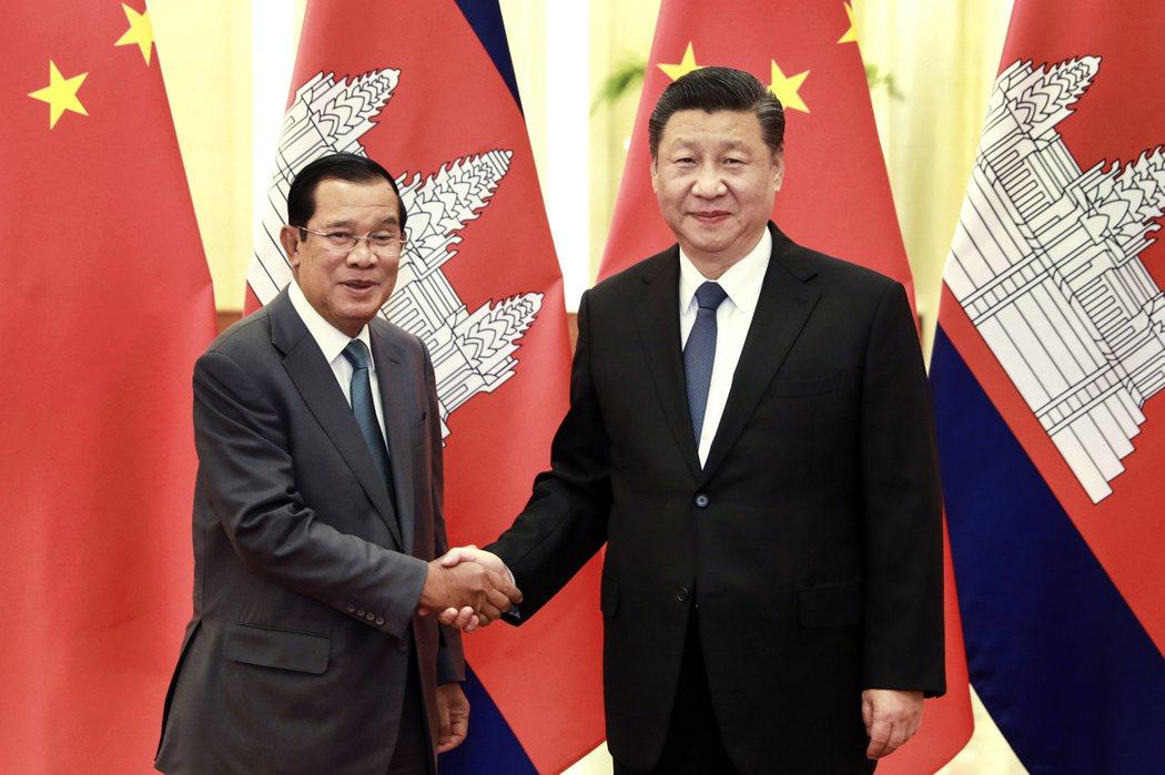 大陸國家主席習近平(右)柬埔寨總理洪森(左)。(美聯社)