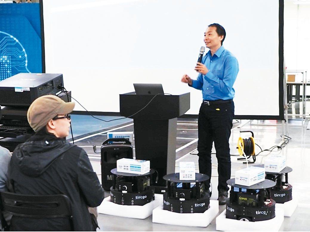 台灣塔奇恩科技公司經理陳忠信傳授如何執行人機協作。 塔奇恩科技/提供