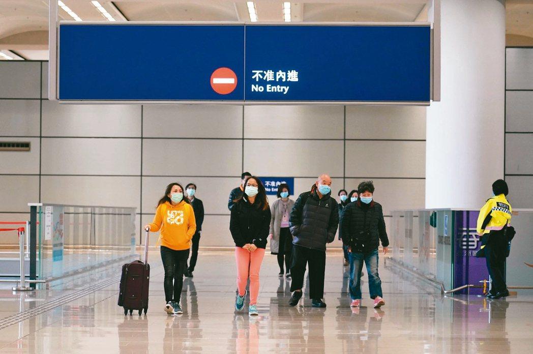 香港政府宣布8日凌晨起,由大陸入境人士包括香港人全部強制檢疫14天。 中通社
