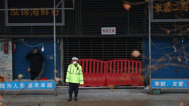 圖為關閉的武漢海鮮市場。 路透社