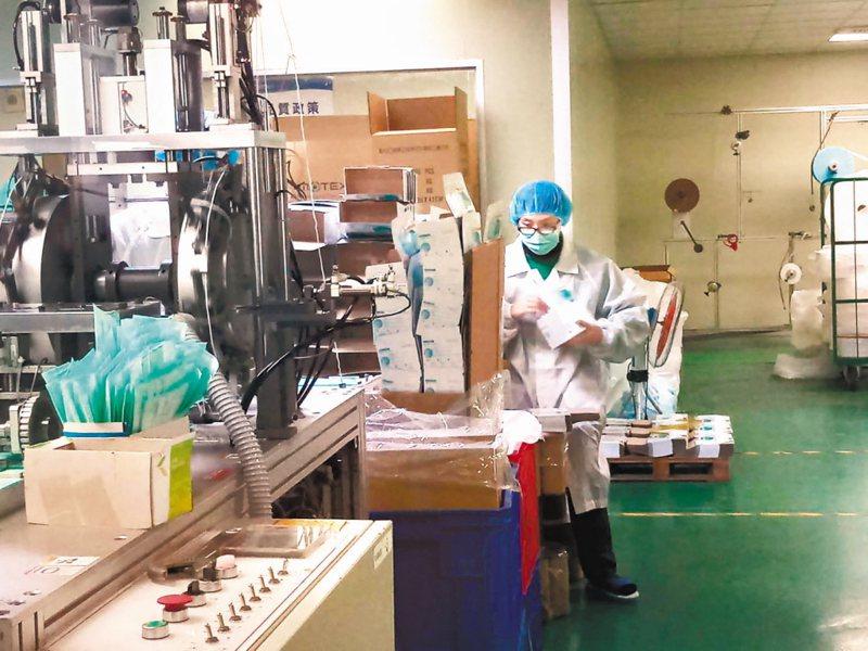 國軍支援口罩「前線」因應口罩需求大增,國防部調派十六名後備軍人進駐華新醫材集團工廠協助生產口罩。 中央社