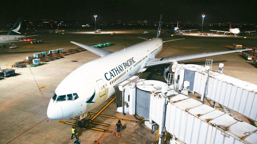 香港國泰航空公司因應武漢新型冠狀病毒肺炎疫情,昨天公告鼓勵員工休無薪假。圖為國泰...