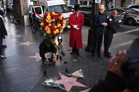 英美多家媒體報導,好萊塢老牌男星寇克道格拉斯(Kirk Douglas)今天與世長辭,享嵩壽103歲。他的兒子是知名演員麥克道格拉斯(MichaelDouglas),麥克道格拉斯今天向雜誌「時人」(...