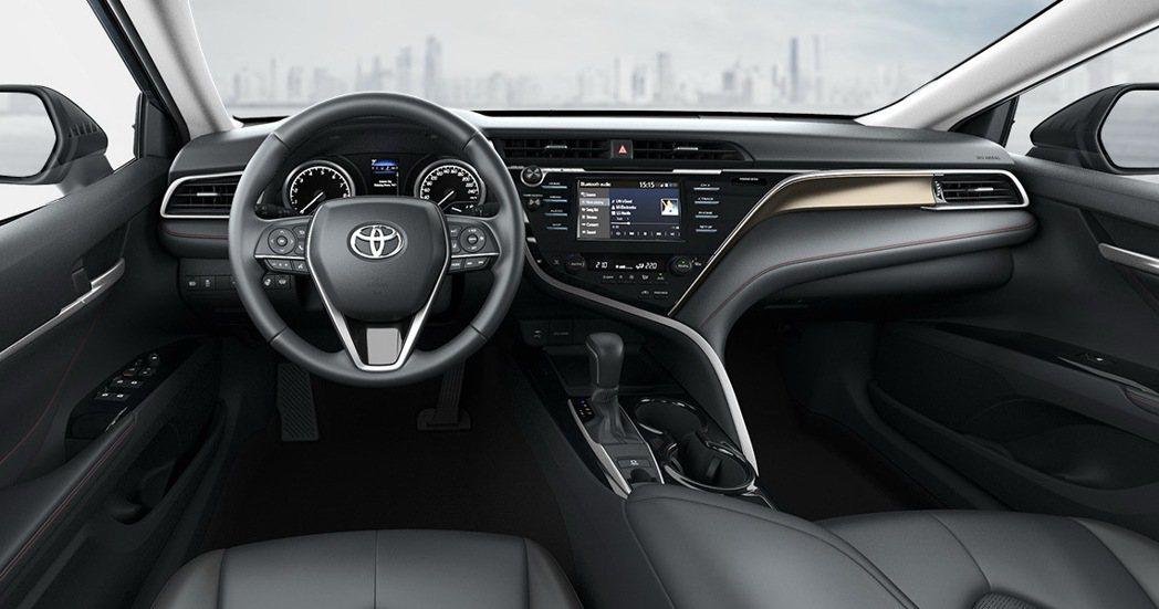 內裝增加紅色縫線元素點綴。 圖/Toyota Russia提供