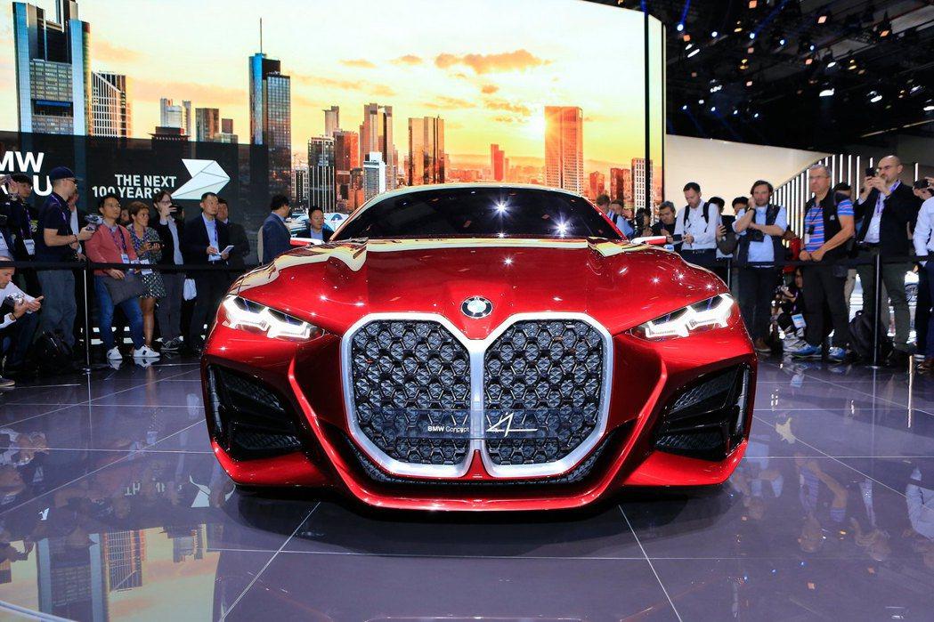 BMW Concept 4在2019法蘭克福車展中亮相,車頭上碩大的水箱護罩已經...