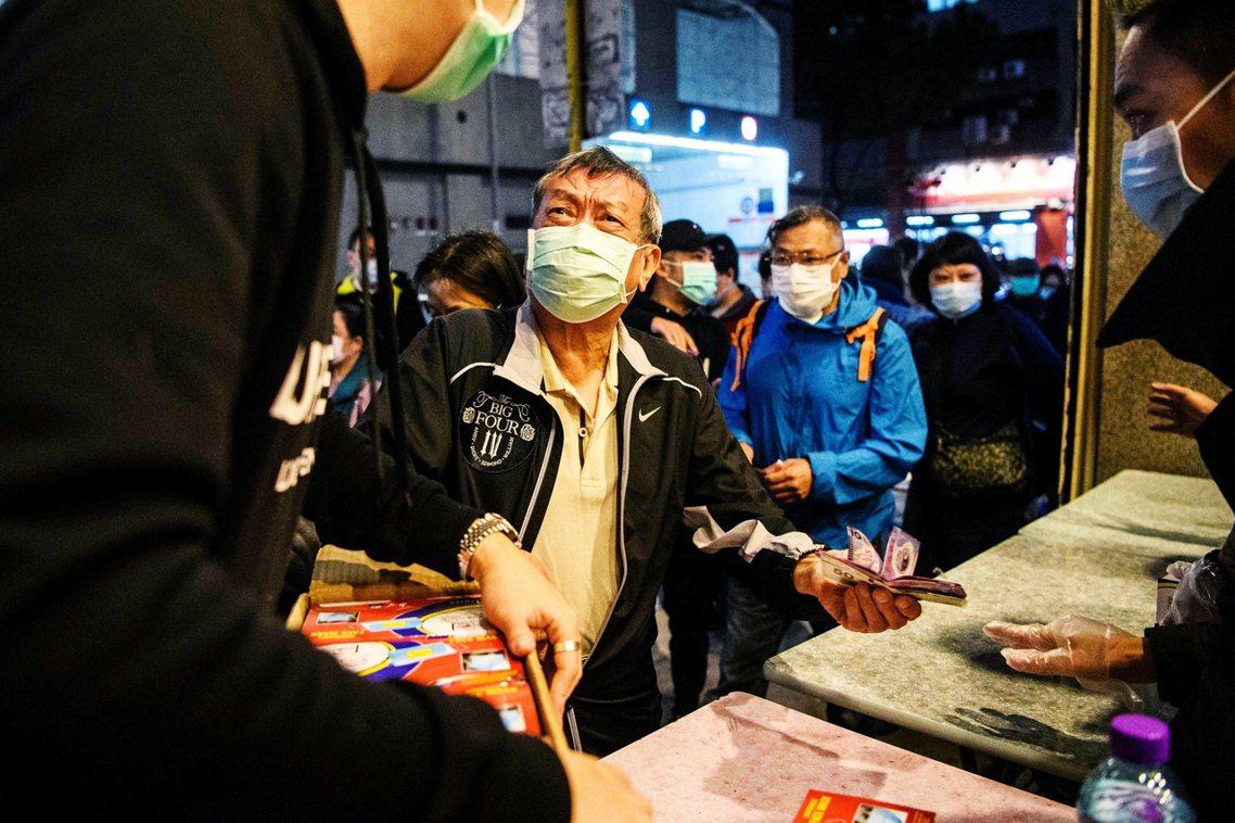 香港民眾搶購口罩。 圖/法新社