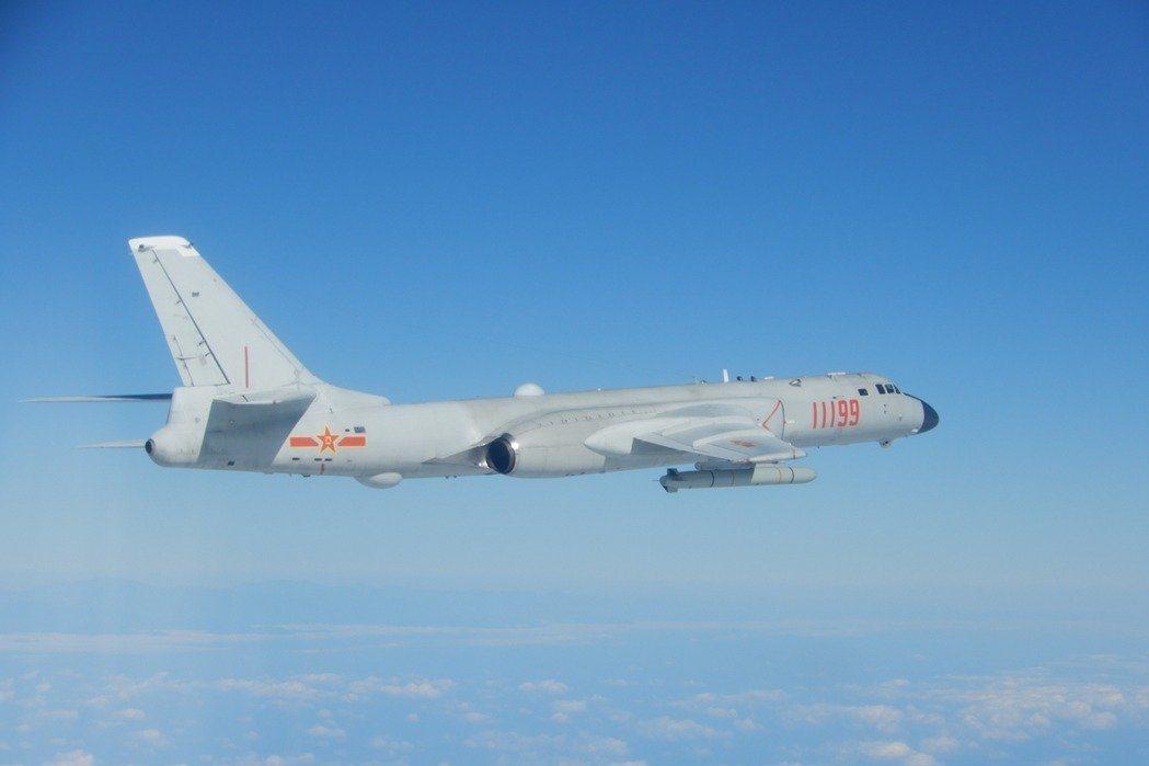 解放軍利用空軍唯一的戰略轟炸機轟6K頻繁穿梭第一島鏈,以及對西太平洋周邊實施戰略嚇阻任務。 圖/國防部