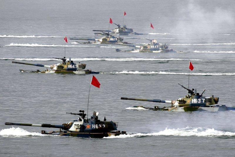 解放軍在2015年改編戰區和強化聯兵作戰能力後,有效提升了力量。圖為05式兩棲突擊車操演。 圖/解放軍檔案照
