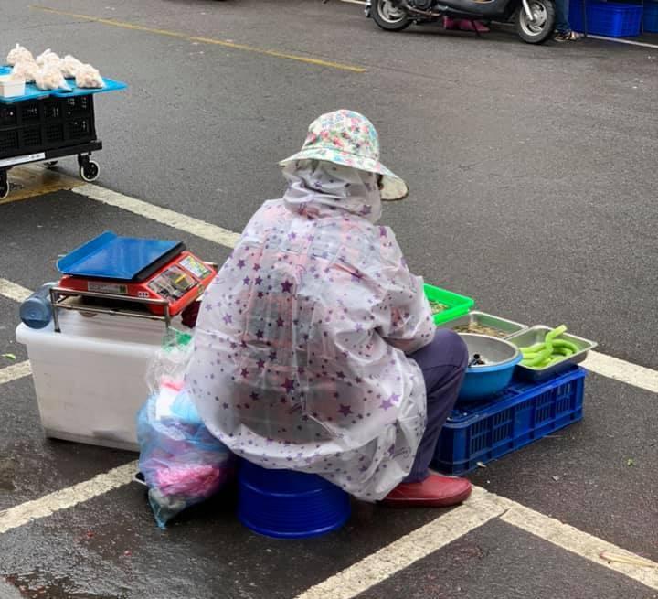 賣菜攤位在垃圾車旁50公尺,客人當場嫌棄菜很臭,賣家阿姨神回覆。 圖擷自facebook
