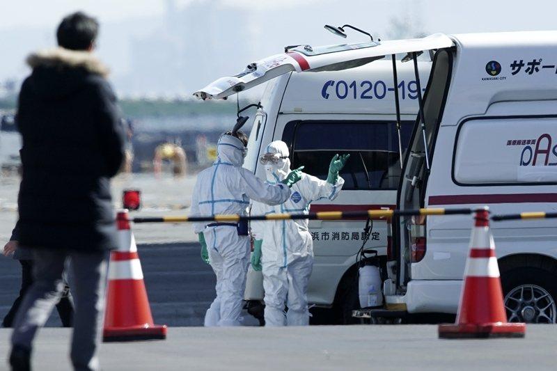 停靠在日本橫濱港的鑽石公主號遊輪,全船已有20人感染。圖為救護人員。 圖/美聯社