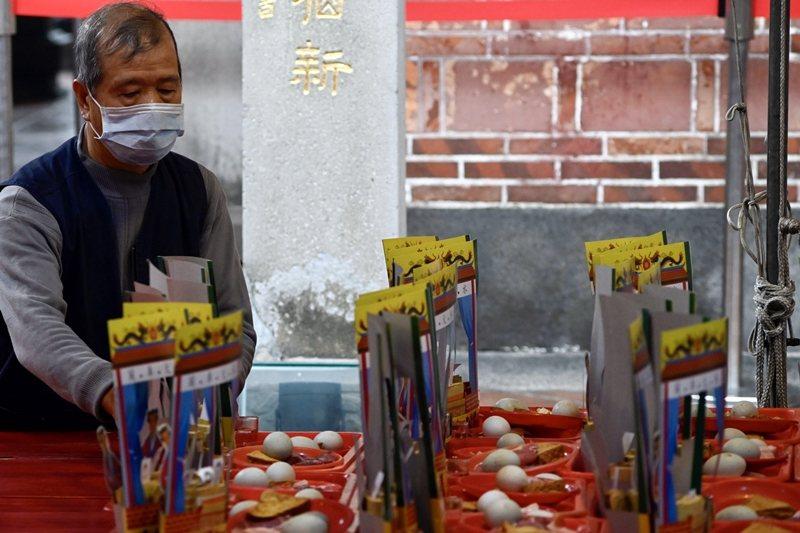 圖為戴口罩防疫的台灣民眾。 圖/法新社