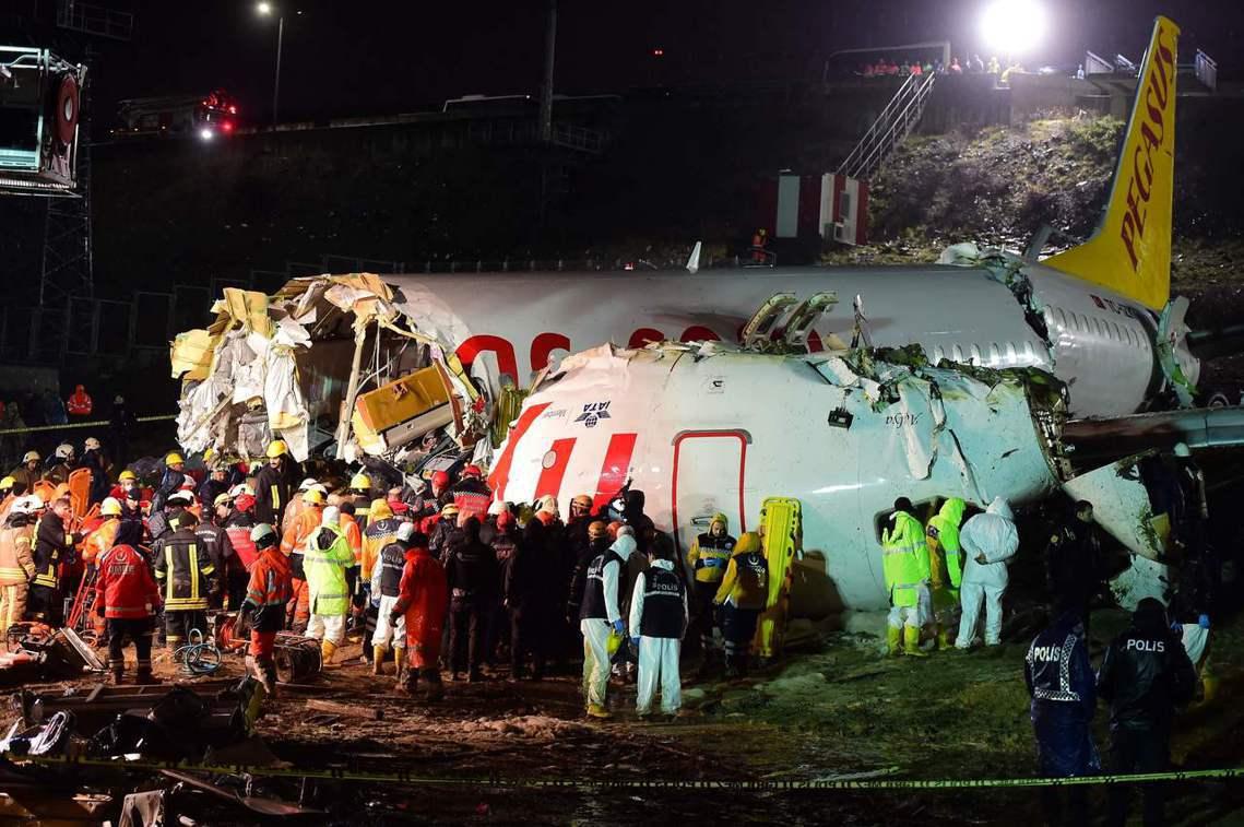 機場當局表示,這架飛機衝出跑道、斷成三截後,機身殘骸瞬間起火。所幸消防搶救即時,...