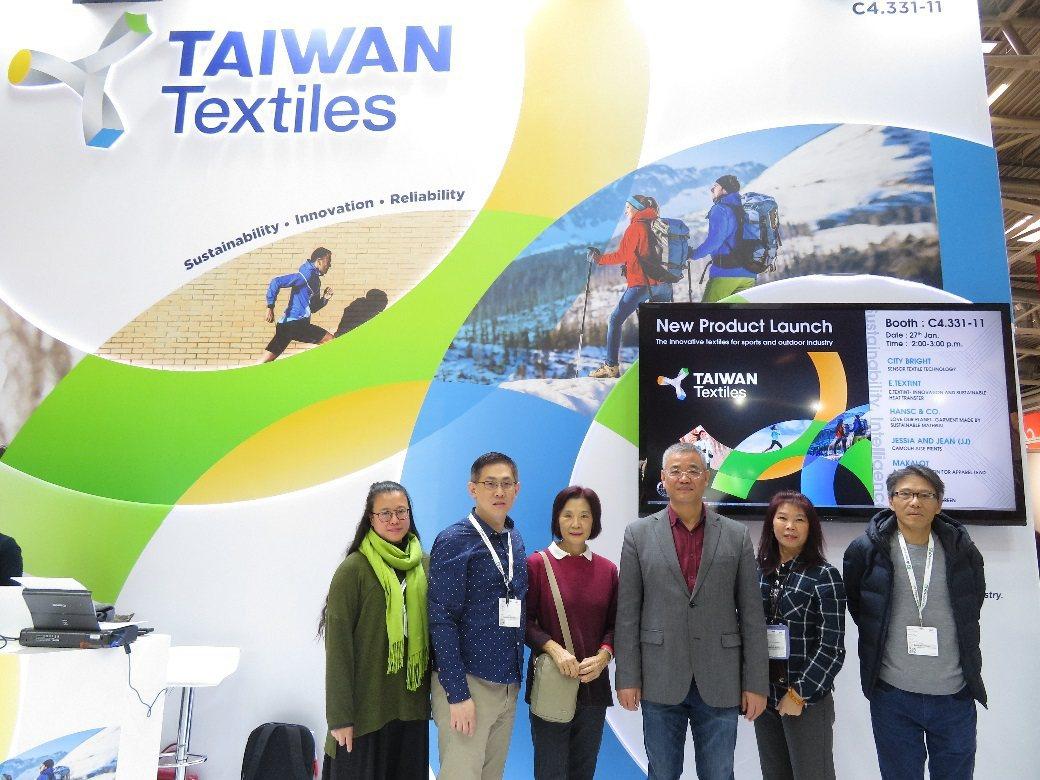 駐法蘭克福經濟組組長黃青雲(左四)蒞臨臺灣館參觀。 紡拓會/提供