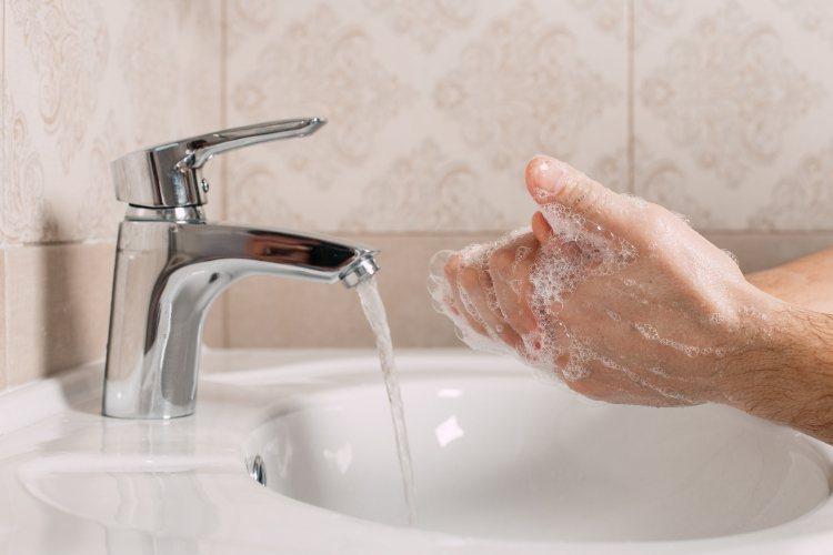 武漢肺炎疫情持續延燒,與其一窩蜂搶購口罩,正確的洗手時機和步驟,是預防傳染病(病...