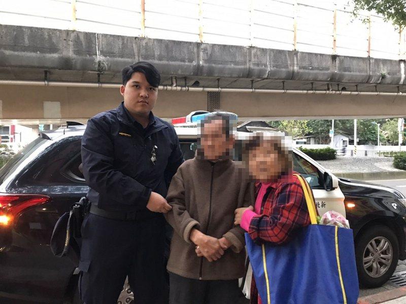 汐止警分局橫科派出所員警在約離菜市場500公尺遠巷子內發現李姓老翁,並開車將兩人護送返回台北市。 圖/汐止警分局提供