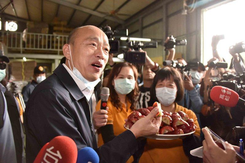 高雄市長韓國瑜昨天到六龜視察蓮霧寒害災情,也聽取農民心聲。圖/高雄市政府提供